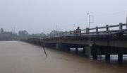Lũ chảy xiết, dân liều mình qua cầu chờ sập
