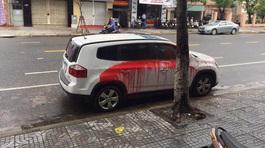 Ô tô đỗ lòng đường vô cớ bị tạt sơn đỏ chót