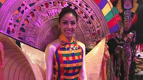 Nguyễn Loan trong phần thi bikini, trang phục truyền thống