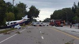 Khoảnh khắc máy bay rơi xuống đường cao tốc tại Mỹ