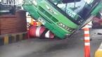 Xe khách mất lái đè bẹp ô tô con, hành khách hoảng loạn