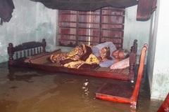 Lũ ập mấp mé giường ngủ của cụ ông ở Quảng Nam