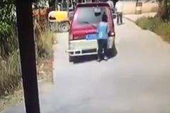 Lời cảnh tỉnh cho những ai vừa đi đường vừa 'dán mắt' vào điện thoại
