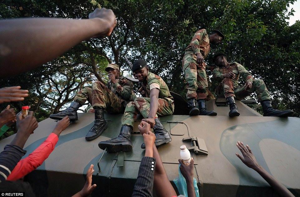 Người dân Zimbabwe ăn mừng sau khi Tổng thống từ chức