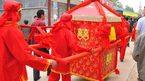 Cô dâu bất ngờ ngã khỏi kiệu hoa trong lễ rước truyền thống