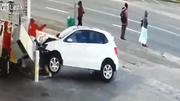 Ô tô mất lái đâm thẳng cây xăng, một nhân viên trọng thương