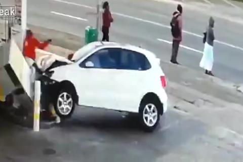 ô tô đâm cây xăng