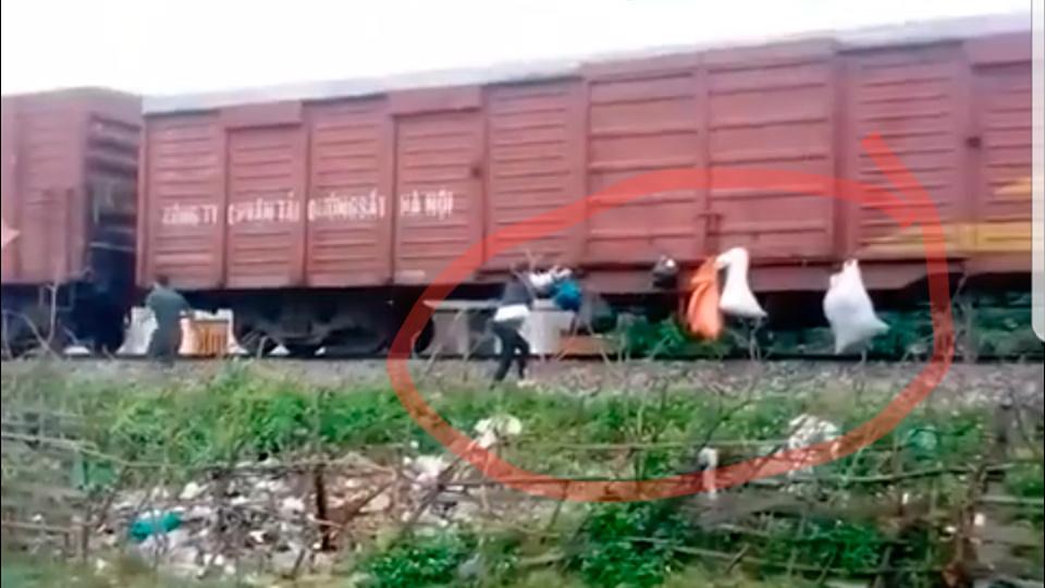 Hành động xấu hổ của người dân khi tàu chạy qua Hà Tĩnh