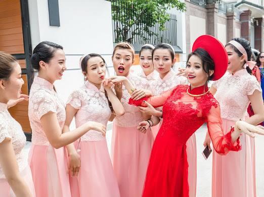 Cô dâu xinh đẹp cùng dàn bê tráp nhảy sung trong lễ ăn hỏi
