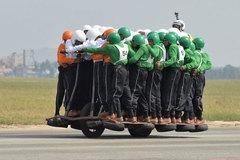 Xem 58 binh sĩ Ấn Độ cưỡi một chiếc xe máy