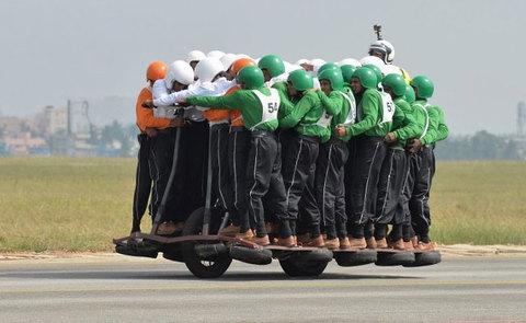58 người leo lên 1 chiếc xe máy