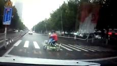 Ô tô phóng bạt mạng húc bay 2 mẹ con đi xe đạp điện