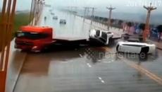 Loạt xế hộp mới coóng bị tàn phá trên đường cao tốc