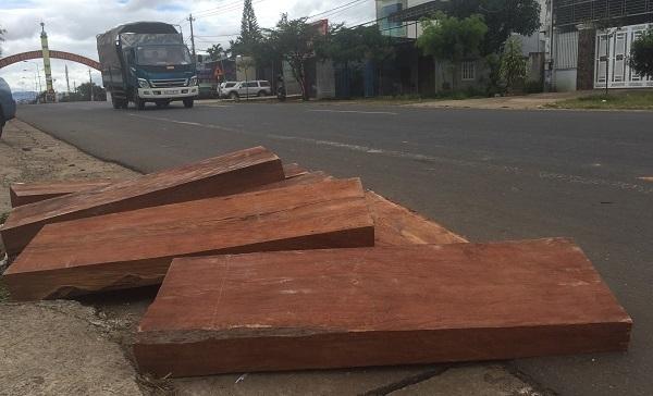 Xe bán tải trút gỗ lậu giữa phố trốn truy đuổi