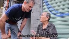 Kinh ngạc bà cụ bán vé số nói tiếng Anh như gió
