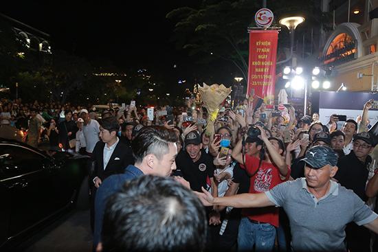 Diễn viên 'Giày thủy tinh' làm 'náo loạn' phố đi bộ Nguyễn Huệ