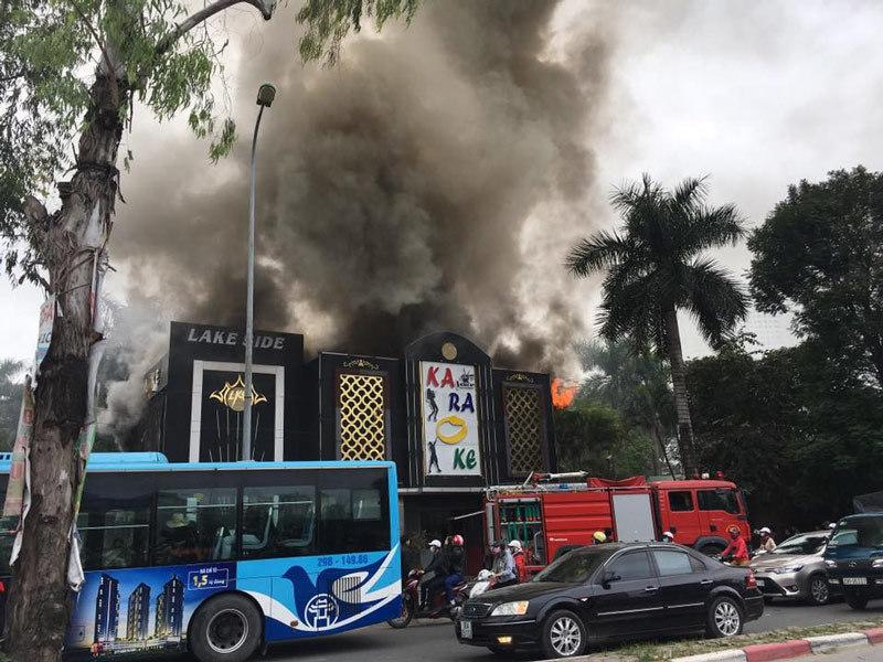 Hà Nội: Cháy lớn quán karaoke ở Linh Đàm