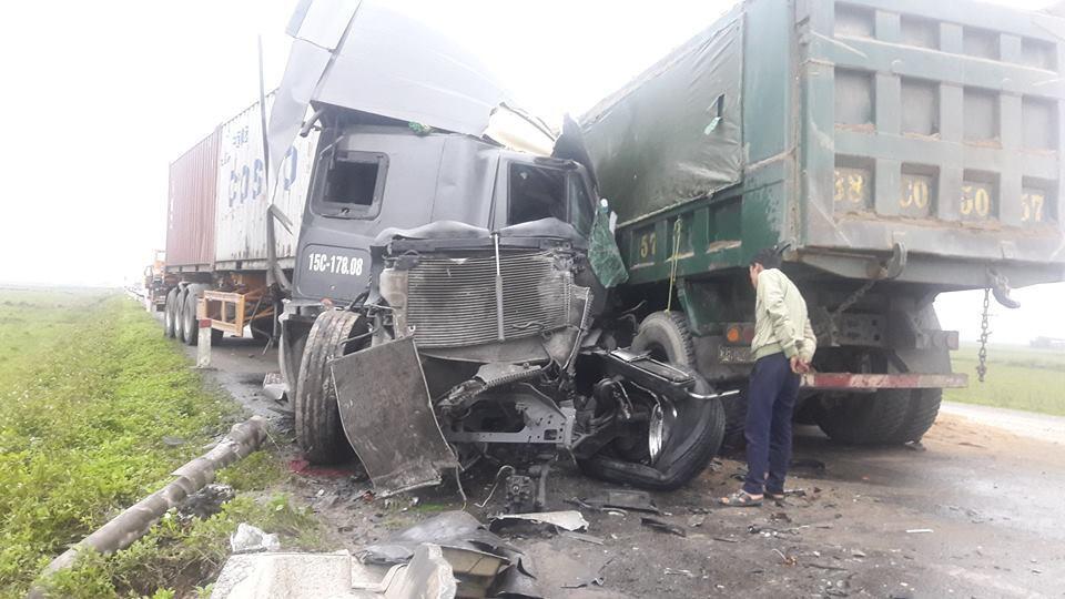 Xe container,xe tải đấu đầu,tài xế mắc kẹt,TNGT,Hà Tĩnh,dân phá cửa xe cứu tài xế