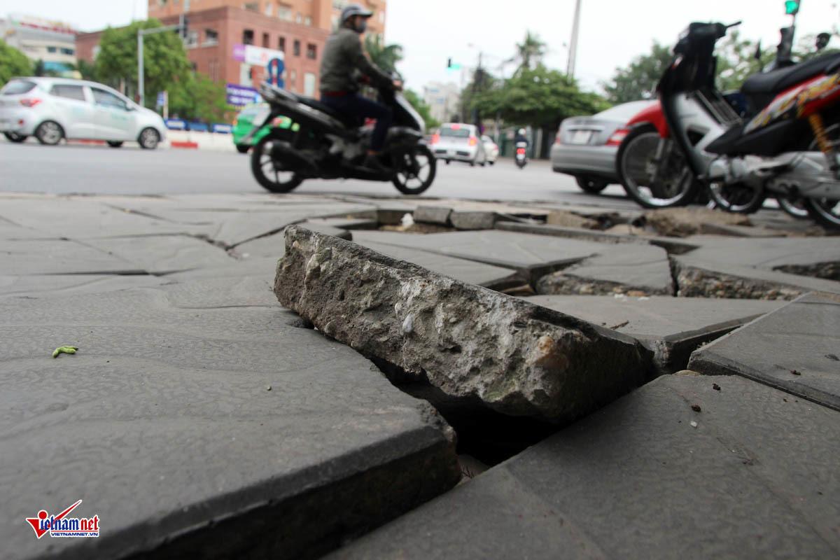 HN tiếp tục thay đá vỉa hè 'bền vững 70 năm' dù nát sau vài tháng