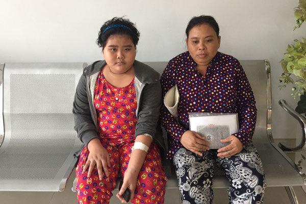 Chồng mất đột ngột, vợ bán bắp luộc cứu con bị ung thư