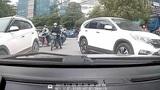 Bức xúc tài xế thiếu ý thức đỗ xe ngang làn đường ngược chiều