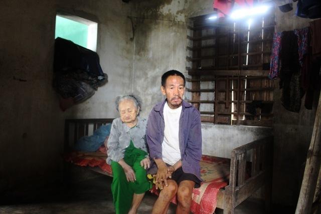 Mẹ già 95 tuổi vẫn đau đáu chăm lo con trai mắc bệnh tâm thần
