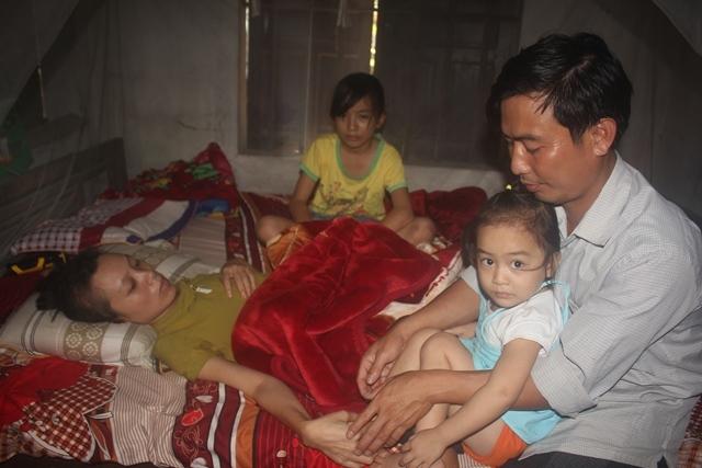 Chồng viêm tủy cấp xin cứu vợ u não cùng các con thơ
