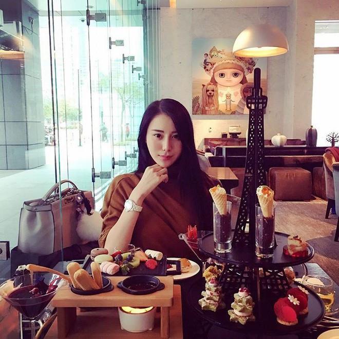 Cuộc sống giàu sang của tiểu thư 'có chiếc cằm đẹp nhất Trung Quốc'