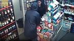 Nữ thu ngân rút dao đối mặt tên cướp