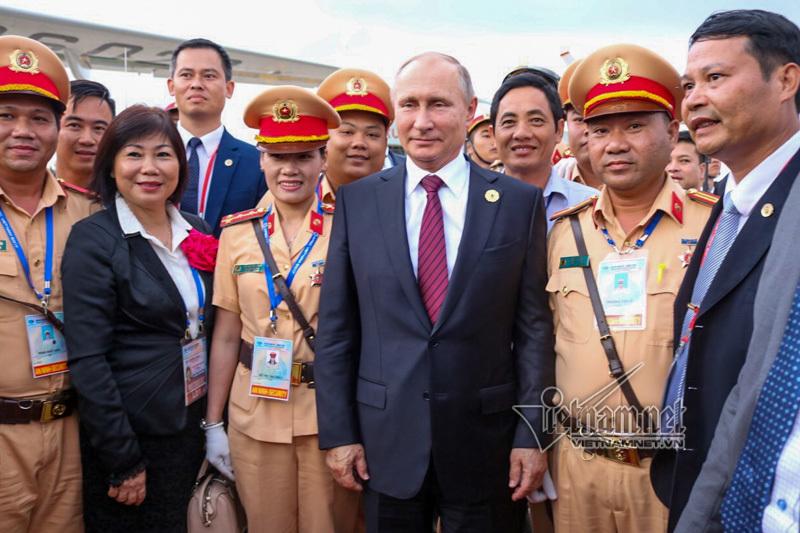 Cái bắt tay vượt qua nghi lễ ngoại giao của Tổng thống Putin