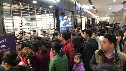 Black Friday: 'Vỡ trận', cửa hàng đóng cửa từ chối khách