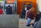 Cậu bé 4 tuổi ra tay cướp tiền ngay tại cây ATM