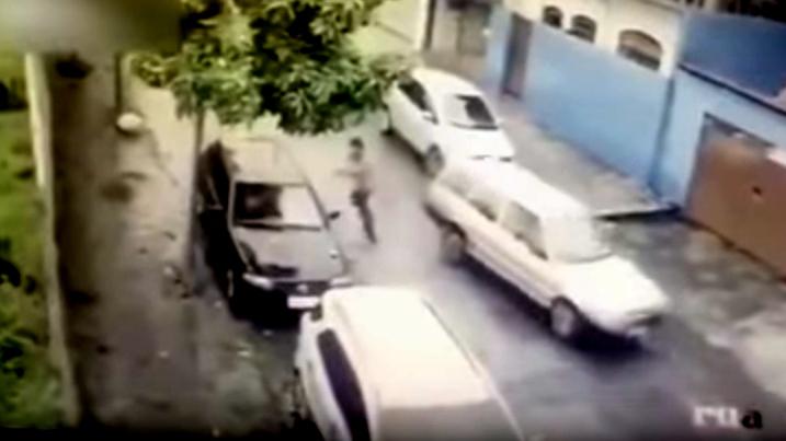 10 clip 'nóng': Cướp ô tô ngồi vào ghế lái bị chủ xe bắn gục