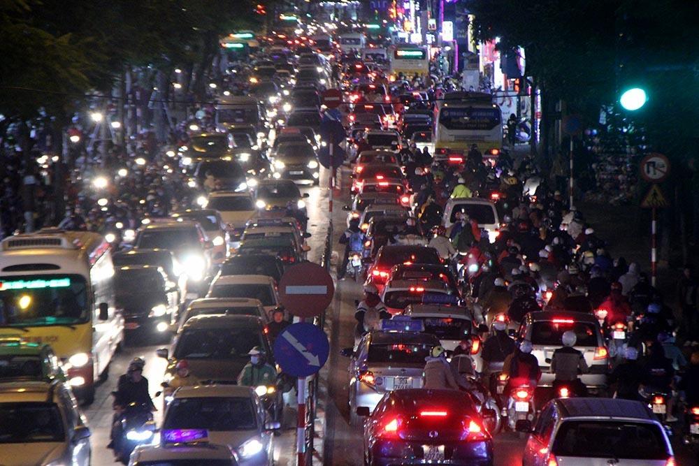 Black Friday: Thứ 6 'đen tối' khắp ngả đường Sài Gòn, Hà Nội
