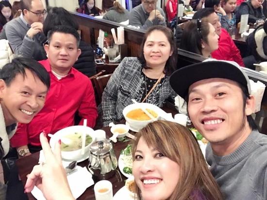 Hoài Linh khoe ảnh họp lớp sau 30 năm