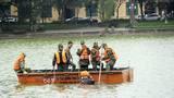 Người nhái lặn ngụp dò tìm bom mìn ở hồ Hoàn Kiếm