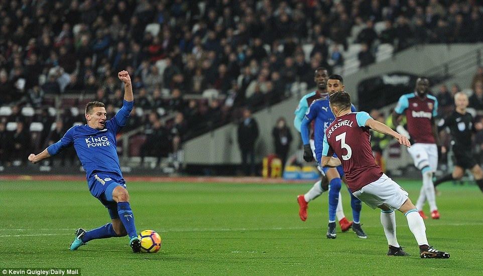 West Ham thoát hiểm trước Leicester, David Moyes cười tít mắt