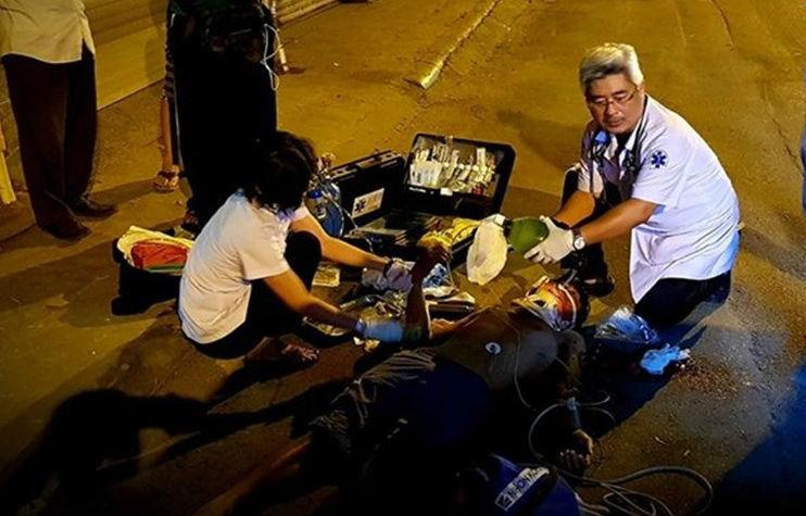 Bác sĩ cấp cứu bệnh nhân ngay giữa đường