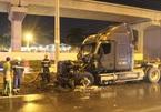 Xe container cháy ngùn ngụt, tài xế đạp tung cabin thoát thân