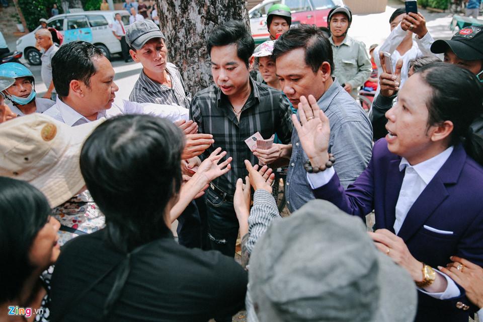 http://f.imgs.vietnamnet.vn/2017/11/26/17/nguoi-dan-khoc-loc-chen-lan-de-nhan-gao-tien-o-biet-thu-cua-ngoc-son-3.jpg
