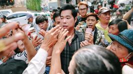 Người dân khóc lóc, chen lấn để nhận gạo, tiền ở biệt thự của Ngọc Sơn