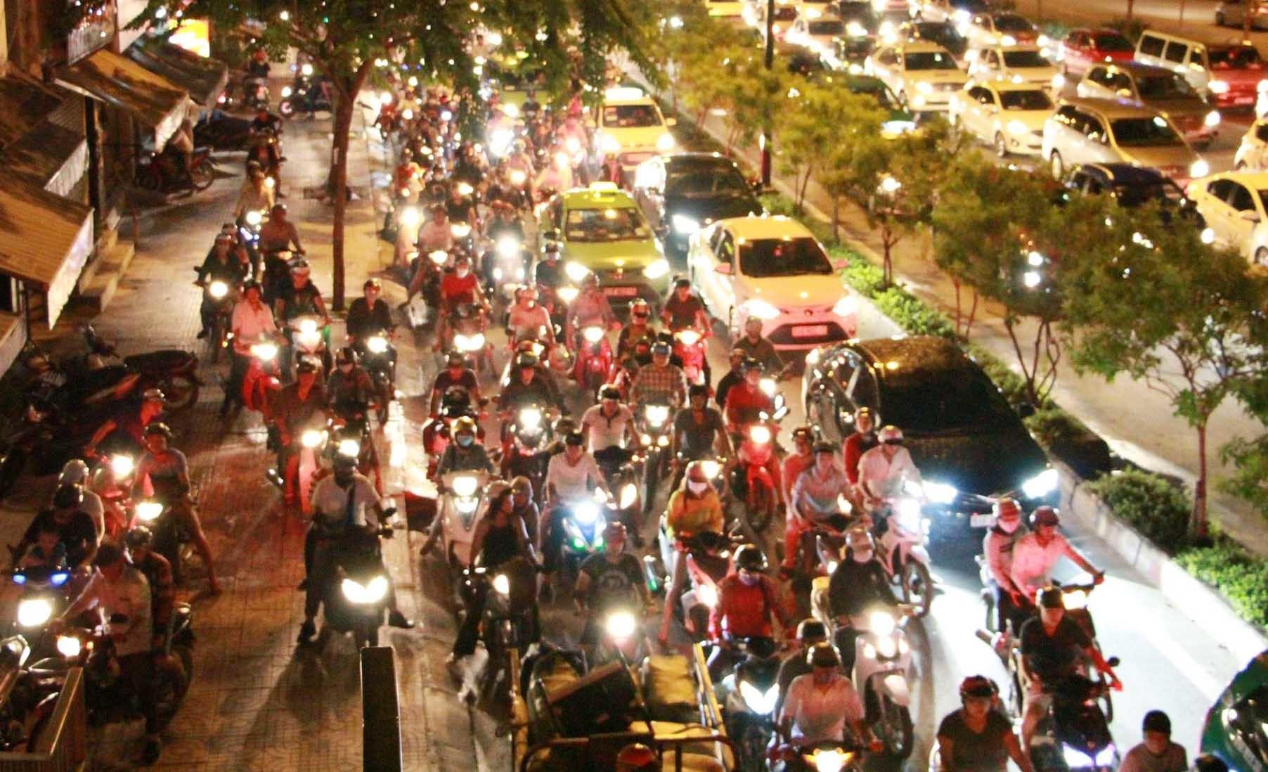 Ngàn phương tiện kẹt cứng trên con đường đẹp nhất Sài Gòn