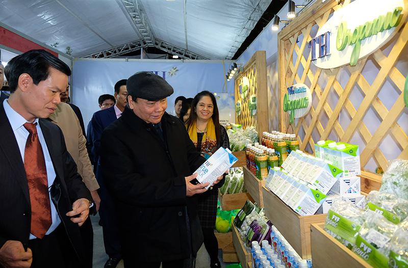 Thủ tướng tham quan các sản phẩm đặc trưng của Hà Giang