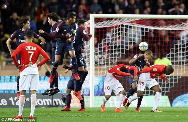 Neymar 'ăn' phạt đền, PSG cô đơn trên đỉnh bảng