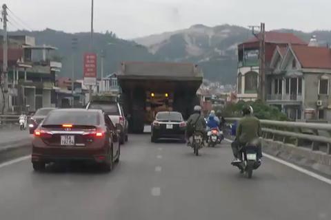 Siêu xe tải 20 tỷ đồng ở Quảng Ninh khiến không ai dám vượt