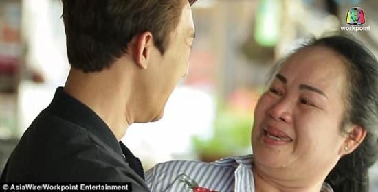 Mẹ bật khóc, không nhận ra con trai sau phẫu thuật thẩm mỹ