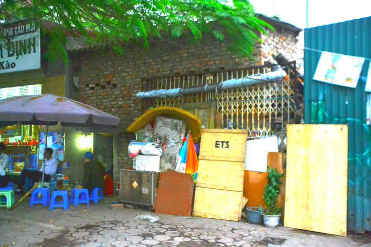 """Những ngôi nhà kì dị trên đường """"đắt nhất hành tinh"""" ở Hà Nội"""