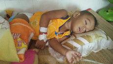 Con ung thư gan quằn quại, cha mẹ khóc ròng vì tái nghèo