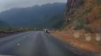 Đổ đèo tốc độ cao, ô tô lật nghiêng giữa đường
