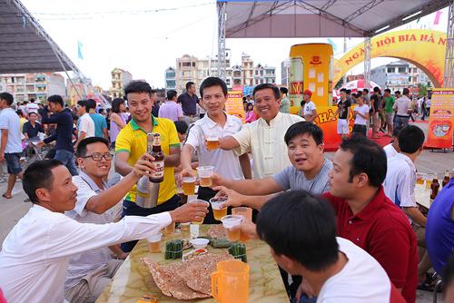 Thưởng thức bia miễn phí trong Ngày hội Bia Hà Nội